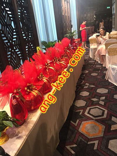 ชุดขันหมากจีนฝ่ายหญิง น้ำแดง ส้ม กล้วย ขนมหมั้น จันอับหมอนแดง วางเรียงห่อผ้าสีแดงสวยงาม พร้อมสำหรับพิธีแลกของหมั้นค่ะ