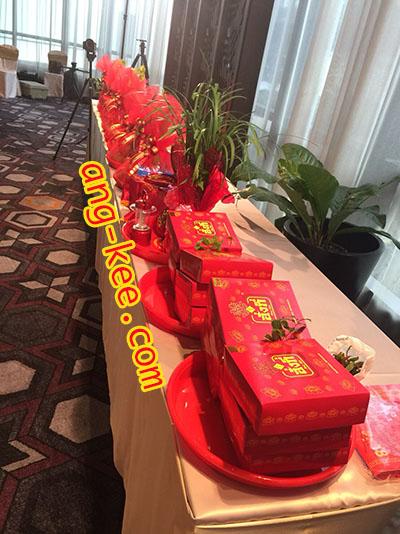 ของหมั้นของฝ่ายหญิง มีกิ่งทับทิมวางไว้บนกล่องขนมเปี๊ยะ และมีสัญลักษณ์อักษรจีนซังฮี่หน้ากล่องด้วยค่ะ